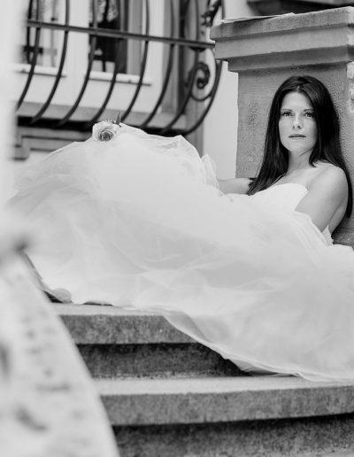 Anna Glad Fotografie Frauenportrait Brautshooting Schloß schwarz-weiss Kleid