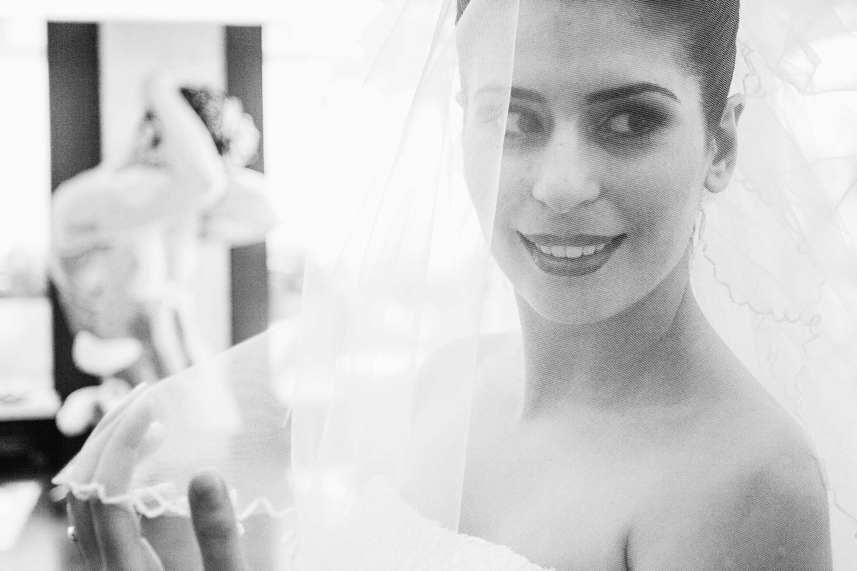 Anna Glad Hochzeit Fotografie Braut Schleier schwarz-weiss